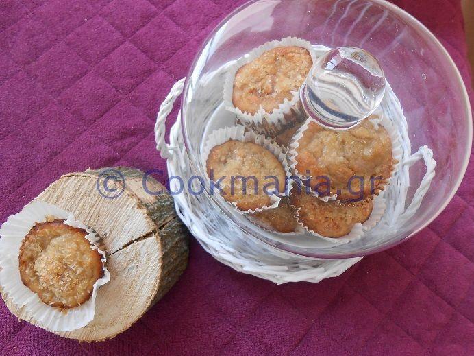 Muffins μπανάνα καρύδα με 2 επιλογές - http://www.cookmania.gr/recipe/muffins-%ce%bc%cf%80%ce%b1%ce%bd%ce%ac%ce%bd%ce%b1-%ce%ba%ce%b1%cf%81%cf%8d%ce%b4%ce%b1-%ce%bc%ce%b5-2-%ce%b5%cf%80%ce%b9%ce%bb%ce%bf%ce%b3%ce%ad%cf%82/