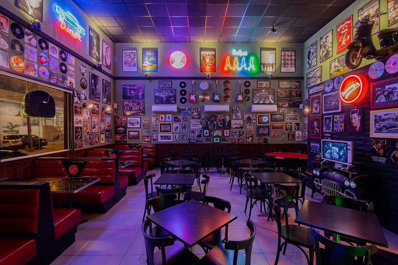 Um ambiente bonito e confortável faz parte do valor agregado do produto! Saiba mais e invista em uma decoração bonita para seu restaurante, bar ou lanchonete! Clique e confira! Projeto: Barney's Burger   Booths e Mesas fabricados pela Coisas do Brasil.
