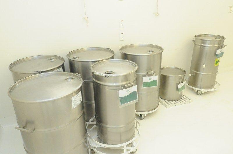 O processo de decantação pode durar de 10 a 15 dias. Após esse período, o óleo permanece na parte superior e a manteiga, mais densa, na inferior. http://www.vitalatman.com.br/prensagem-a-frio/