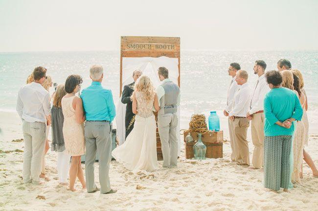 Een ceremonie met een prachtig en eenvoudig decor... 'scheepswrak artikelen', stand en zee!