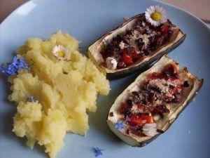 Miris Abendessen mit Gänseblümchen: Gefüllte Zucchinischiffchen und Kartoffelbrei