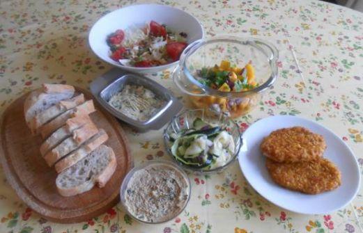Recept: Kip krokant met mangosalsa, humus en salade