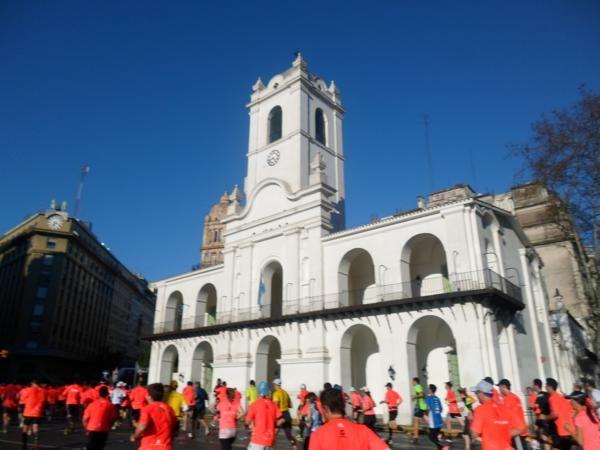 Cabildo, enfrente de Plaza de Mayo uno de los puntos que retrate en la Media Maraton de Buenos Aires corroparaver.com.ar