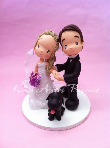 Noivinhos personalizados conforme as  características dos noivos,  É muito importante que a noiva tenha em mãos detalhes para me passar:   vestido da noiva buque penteado da noiva( acessórios, flor, véus, presilhar, coroas etc) animais ( se desejar colocar por opção) objetos( opcional) tamanho da base do bolo,  descrições das cores dos olhos do casal  sapato (noiva) traje do noivo posições dos noivinhos  ******************Fazer encomendas com 2 mês de antecedência da data, ao pedir orçamento…