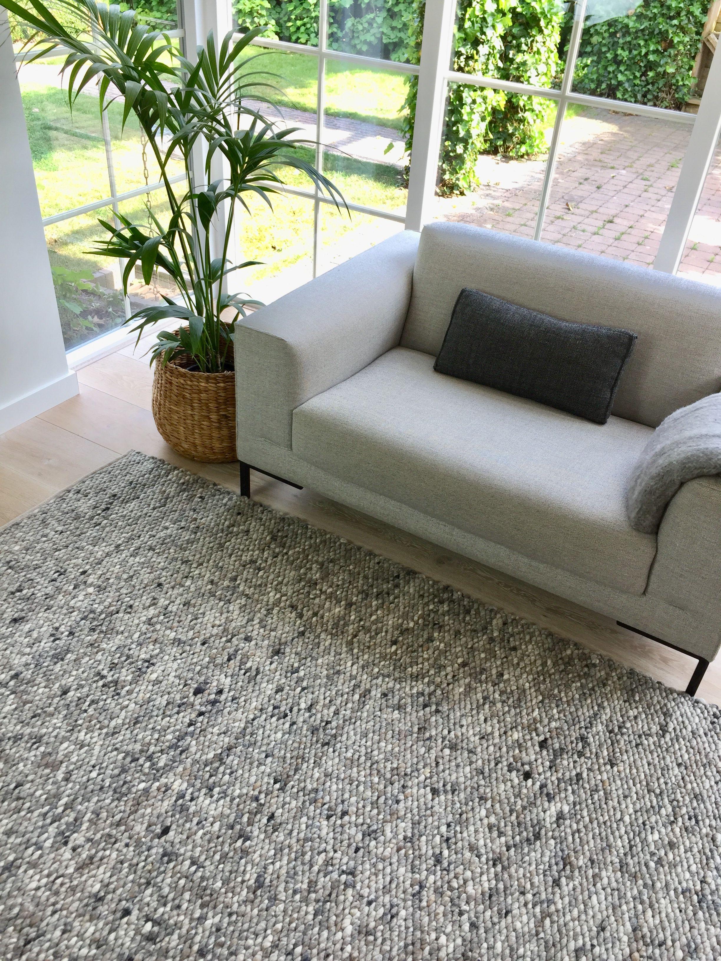 Wollen vloerkleed voor in bijvoorbeeld de woonkamer met de verschillende grijstinten makkelijk te combineren vloerkleed wol grijs woonkamer interieur