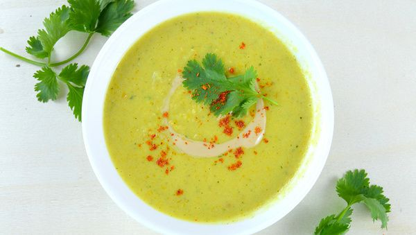 Sellerie-Kurkuma-Suppe  Entzündungshemmende ätherische Öle, kombiniert mit verdauungsförderndem Kurkuma.