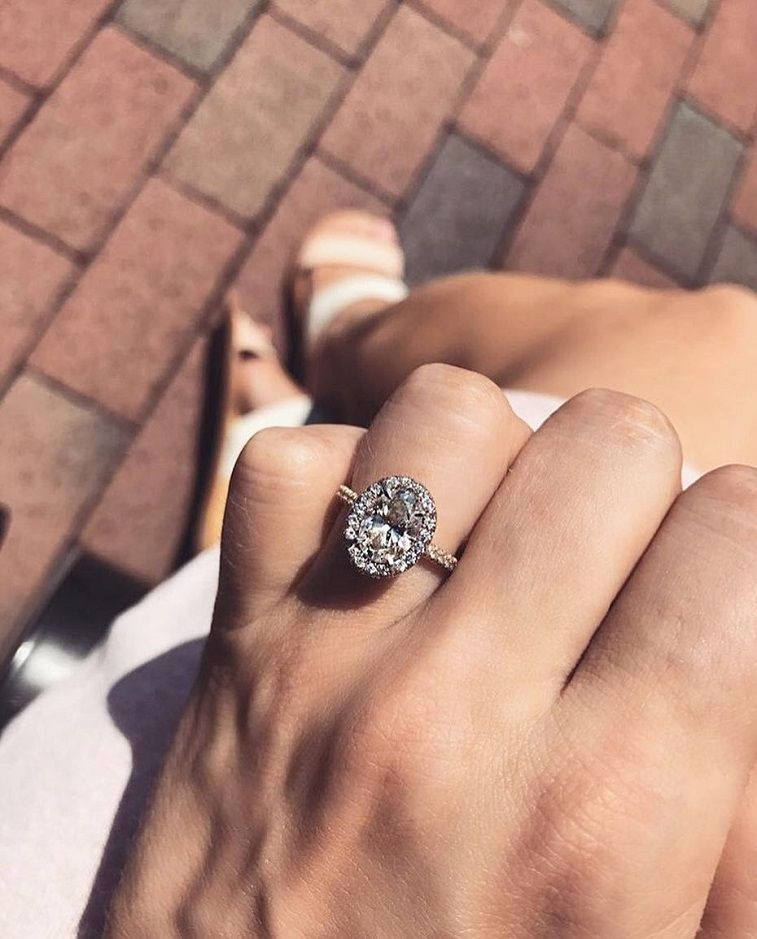 Gorgeous oval halo engagement ring #engagementring