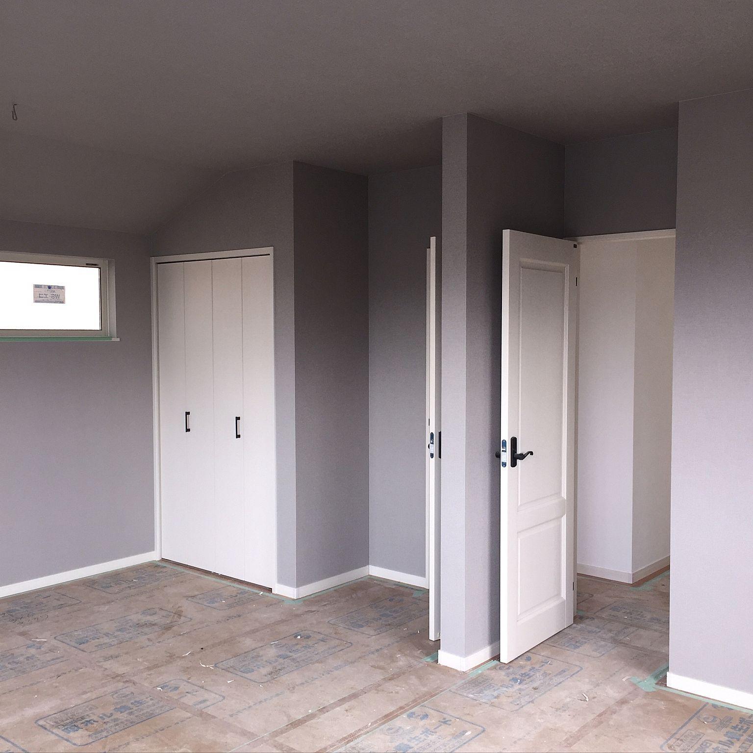 ベッド周り 白いドア グレーの壁 建設中 建売住宅 などのインテリア