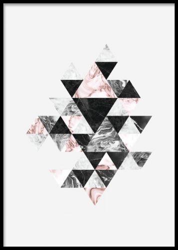 Graphic art-Plakat mit Muster mit Dreiecken auf hellgrauem Hintergrund. Lässt sich leicht mit den Postern aus der gleichen Serie kombinieren. Kann im Hoch- oder Querformat verwendet werden. Richtig toll für das Wohnzimmer, z.B. oberhalb des Sofas. Zusammen mit unseren anderen Graphic art-Postern können Sie auch eine tolle Bilderwand erstellen. www.desenio.de #deseniobilderwandwohnzimmer