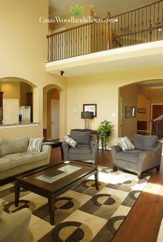 La sala cuenta con pisos de madera y una excelente for Interiores de casas