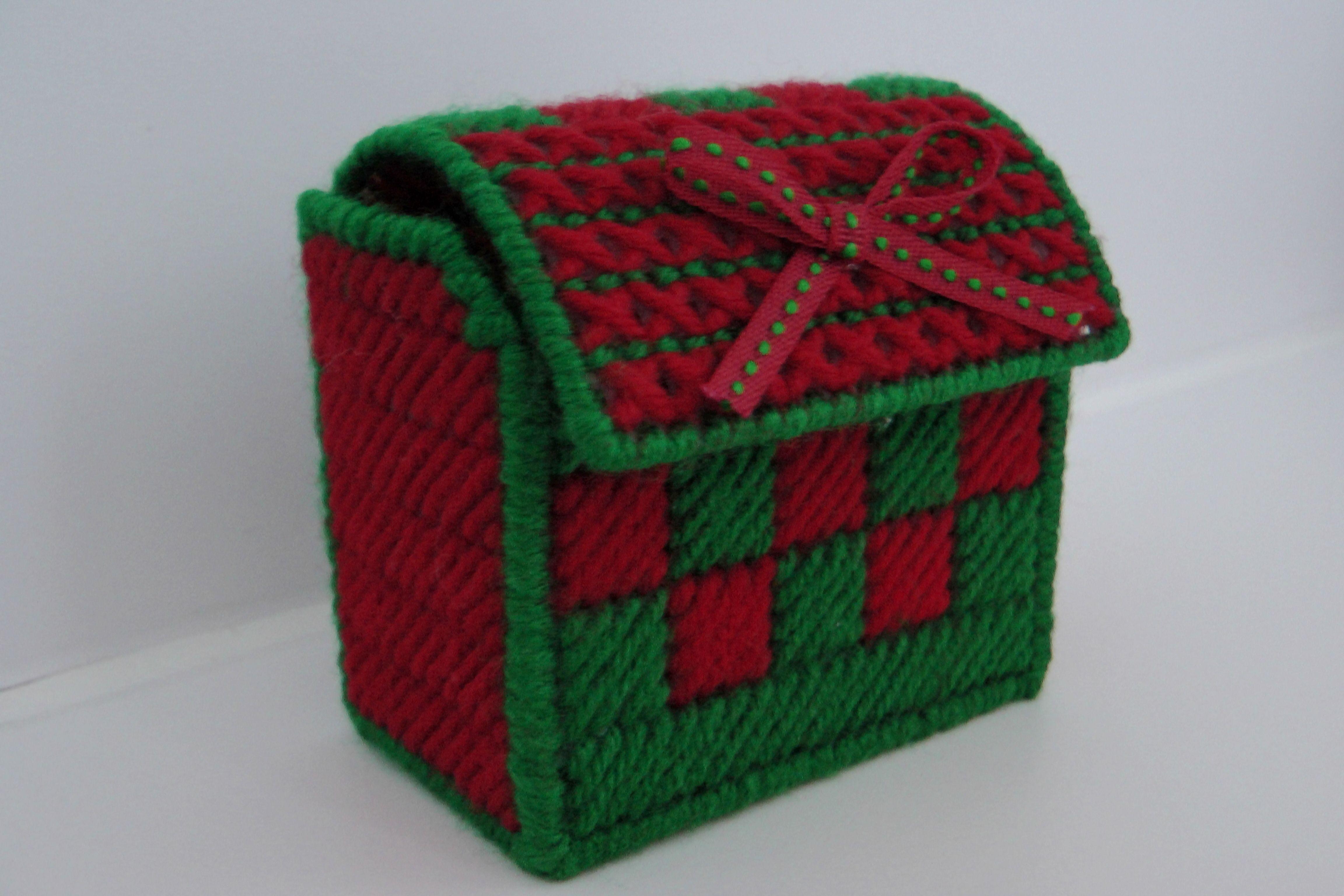 Cofre pequeno de navidad en plastic canvas.  www.facebook.com/ManualidadesKarelia