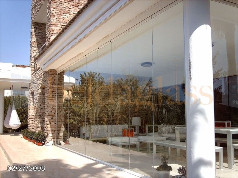 Terraza porche acristalada con cortinas de cristal sin perfiles