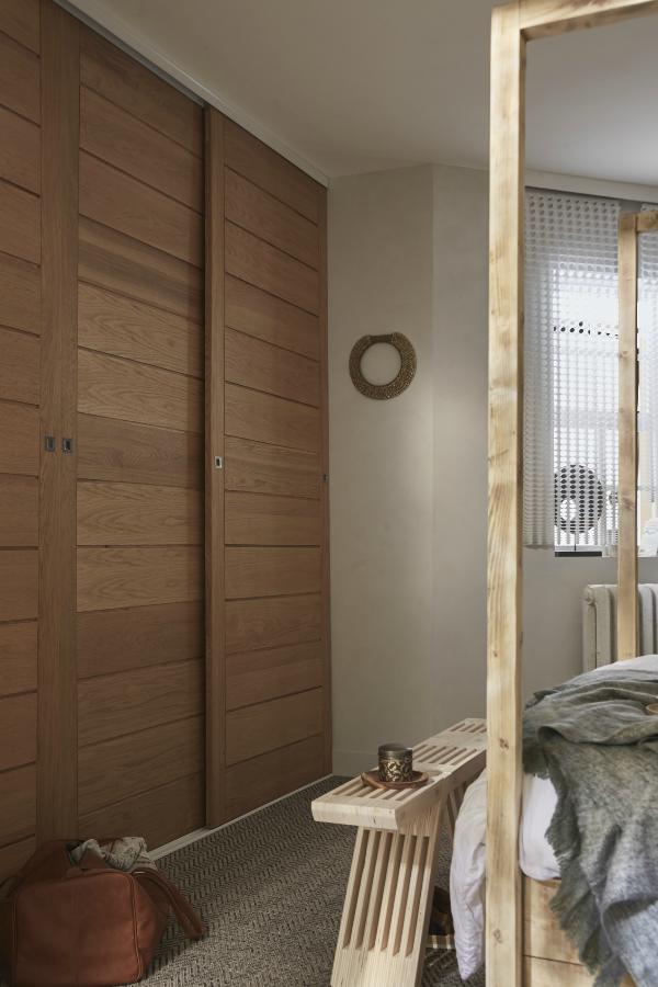 Le placard dressing est ferm par des portes coulissantes en ch ne verni au pied du lit le - Relooker porte placard ...