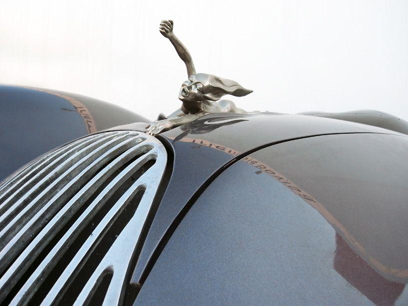 Detallazo de ornamento artístico para el capó de un coche diseñado por Lutz colani.