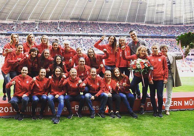 Meisterehrung in der Allianz Arena. Danke für euren Support. Und jetzt die Männer feiern, sie haben es absolut verdient ⚽️✔️ #DieBayern #Titelverteidigerinnen #GemischtesDouble