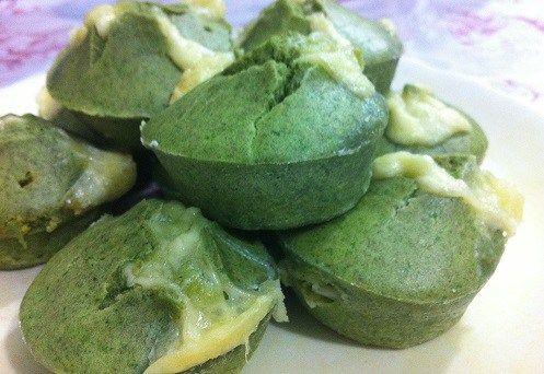 Muffin de espinafre com queijo (bolinho do Popeye). Veja aqui a receita: http://mamaepratica.com.br/2016/01/23/muffin-de-espinafre-com-queijo-bolinho-do-popeye/  #receitas #crianças #saudáveis #espinafre #bolinhos #muffin