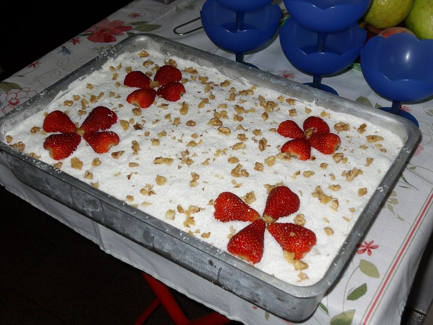 Massa:  - 5 ovos  - 2 xícaras (chá) de açúcar  - 3 xícaras (chá) de farinha de trigo  - 1 xícara (chá) de caldo de laranja  - 1 colher (sopa) de pó royal  - Recheio:  - 1 lata de leite condensado  - 1 vidro de leite de coco  - 2 latas de leite de vaca  - Cobertura:  - 1 caixa de chantily Amélia  - 1 pacote de coco ralado  - Morangos ou cerejas ou nozes para enfeitar  -