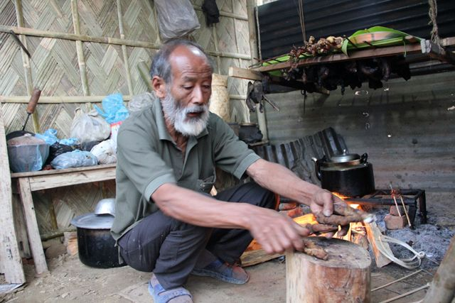 Roasting and Eating Pig Intestines in Nagaland, India - http://migrationology.com/2013/05/pig-intestines-in-nagaland-india/
