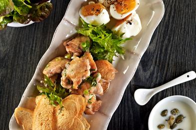 Aripioare de pui dezosate cu oua, crutoane si sos de iaurt