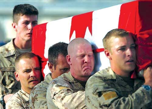 5 Emotional Soldier Are Bringing Their Died Brethren Body To The Flight Back To Canada During The War In Afghanistan By Omen A Soldier Military Heroes Military
