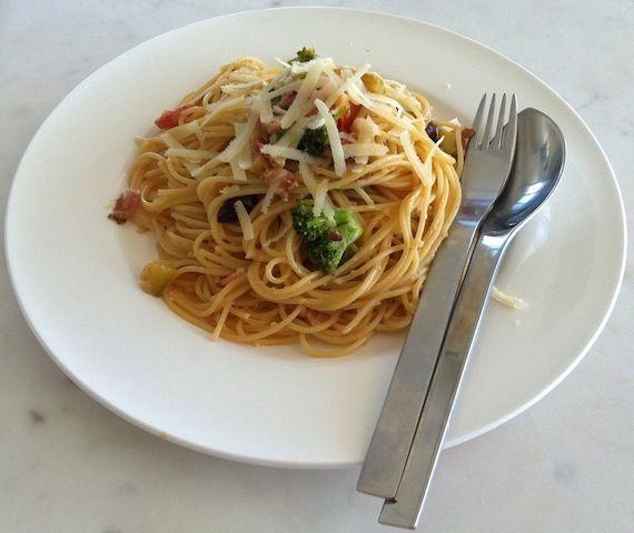 espaguete com brócolis, abobrinha e bacon.  http://www.leiliane.com.br/massas-e-risotos/macarrao-brocolis-abobrinha/