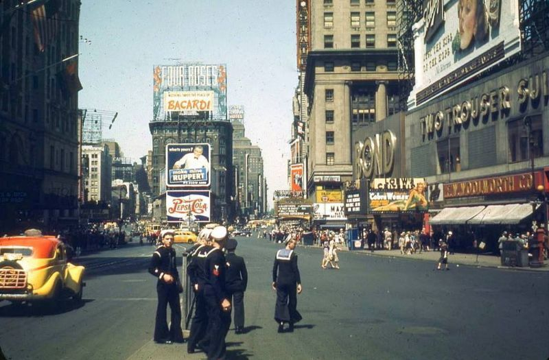 That S What New York Looked Like In The 1940s New York 1941 5th Avenue And W 42nd Street November 1941 59th Street Bri Times Square Nyc Times Square Scenes