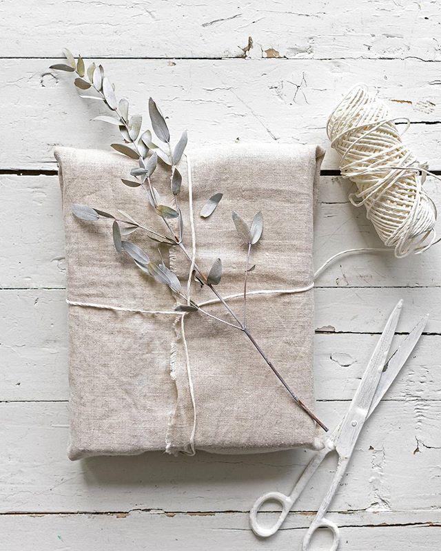 DIY • een mediterraan cadeautje. Zo is het nog een eenvoudig lapje stof, twee tellen later stijlvol verpakkingsmateriaal. Olijftakje erbij en je pakt zelfs met een klein cadeautje groots uit.