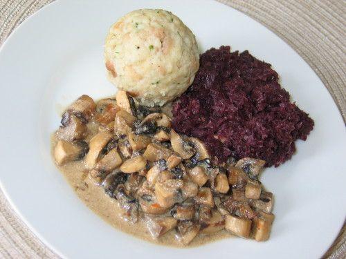 Semmelknödel mit Rotkohl und Champignons