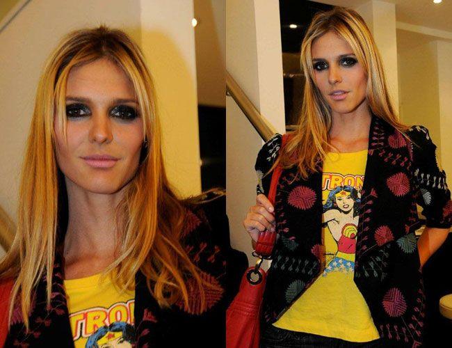 Delícia de cores! Fernanda Lima chegando para o Fashion Day, no Shopping Cidade Jardim. Blusa amarela, casaco cheio de estampas e bolsa vermelha! Tudo junto, misturado e harmônico! Para começar o d…
