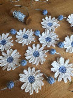Free crochet pattern for daisy garland