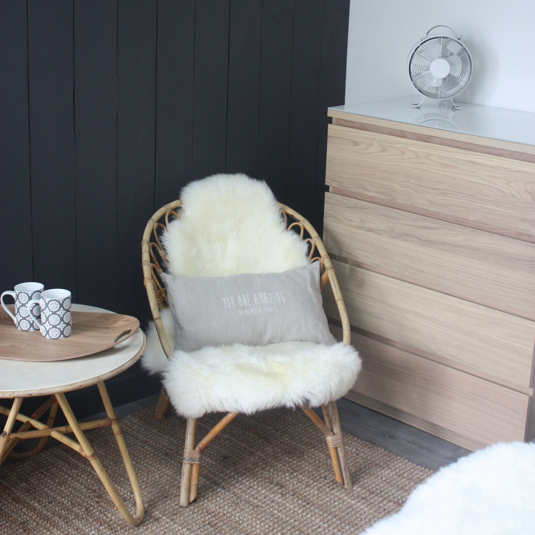 fauteuil table basse en rotin peau de mouton commode scandinave bois blond chambre le grenier de - Fauteuil Chambre