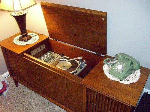 Ingebouwde (in dressoir) pick-up '60's/'70's. Ook de telefoon vond er een mooi plekje op.