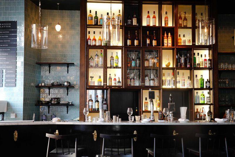 Los 27 mejores dise os de interiores de bares y - Estanterias para bares ...