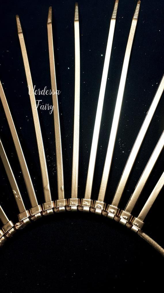 Photo of Halo-Kopfschmuck mit Goldstiften. Goldsonnengöttinsonnendurchbruchkrone. Gold Reißverschluss Krawatte Heiliger Kopfschmuck. Gold und Silber Ombre Kopfschmuck.