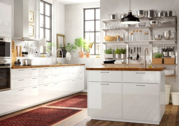 Blat drewniany jako idealne uzupełnienie białej kuchni