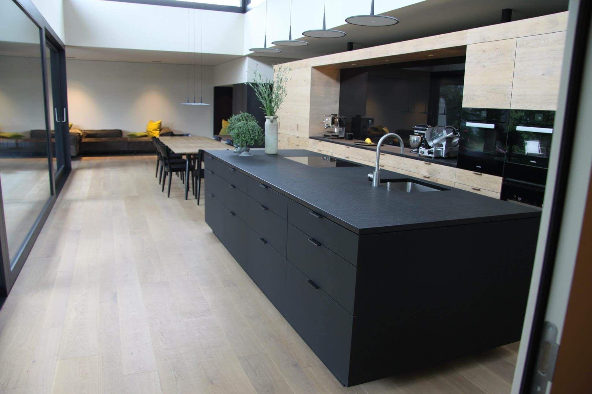 Elegant Viele Bilder Und Ideen Für Deine Neue Küche, In Der Eine Schwarze Kochinsel  Im Mittelpunkt Amazing Design