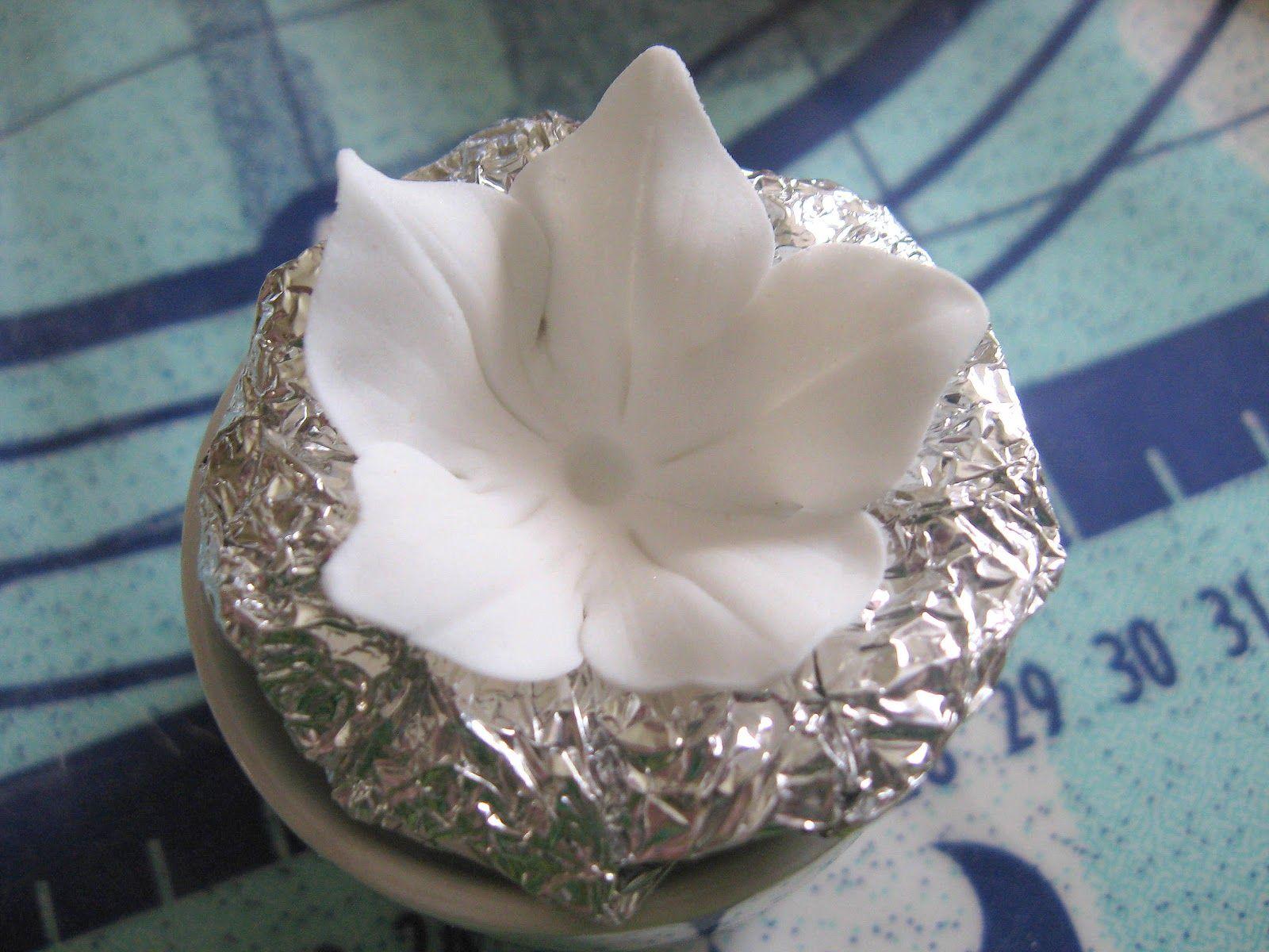 Kesäkukkaistutuksia odotellessa voi väkertää kakkuihin kukkia :D         Työvälineitä.Käytin muottia narsissi-piparimuottia , vaikka siinäkä...