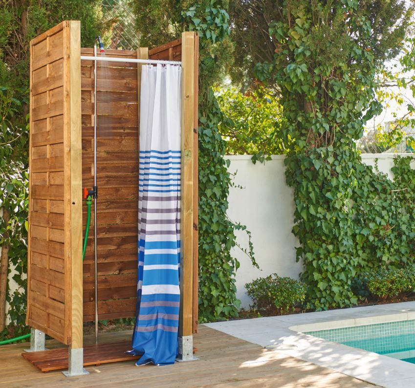 Intimidad para ducharte en la piscina tiene soluci n jardines y terrazas en 2019 pinterest - Duchas exteriores para piscinas ...