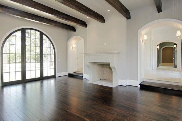 Zwarte kozijnen witte muren bruine vloer woonkamer in