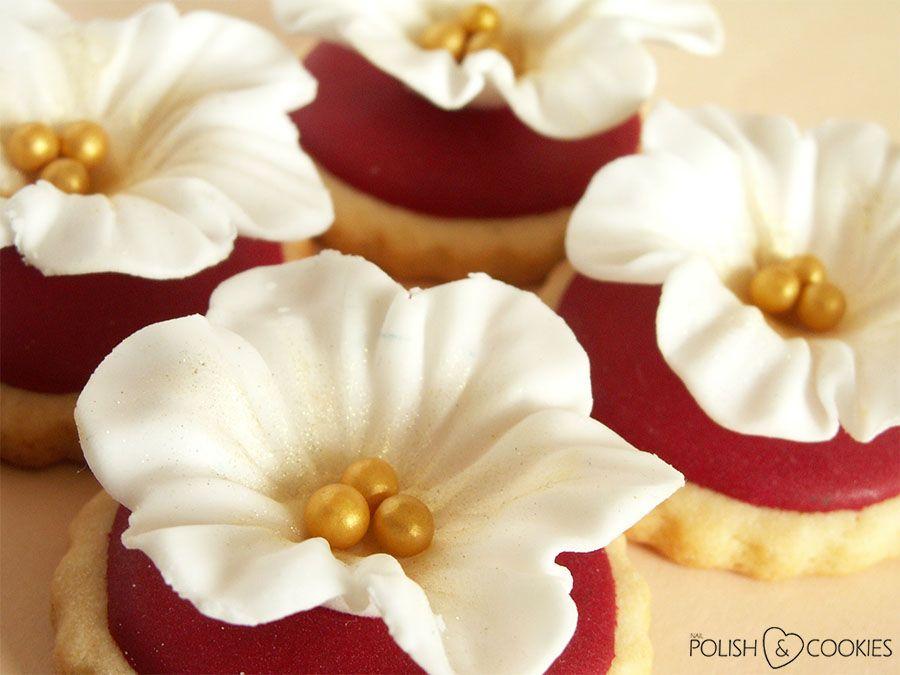 White Fondant Flowers On Sugar Cookies Tutorial From Http Www Polishcookies Pl Polish Cookies Fondant Flowers Cookie Tutorials