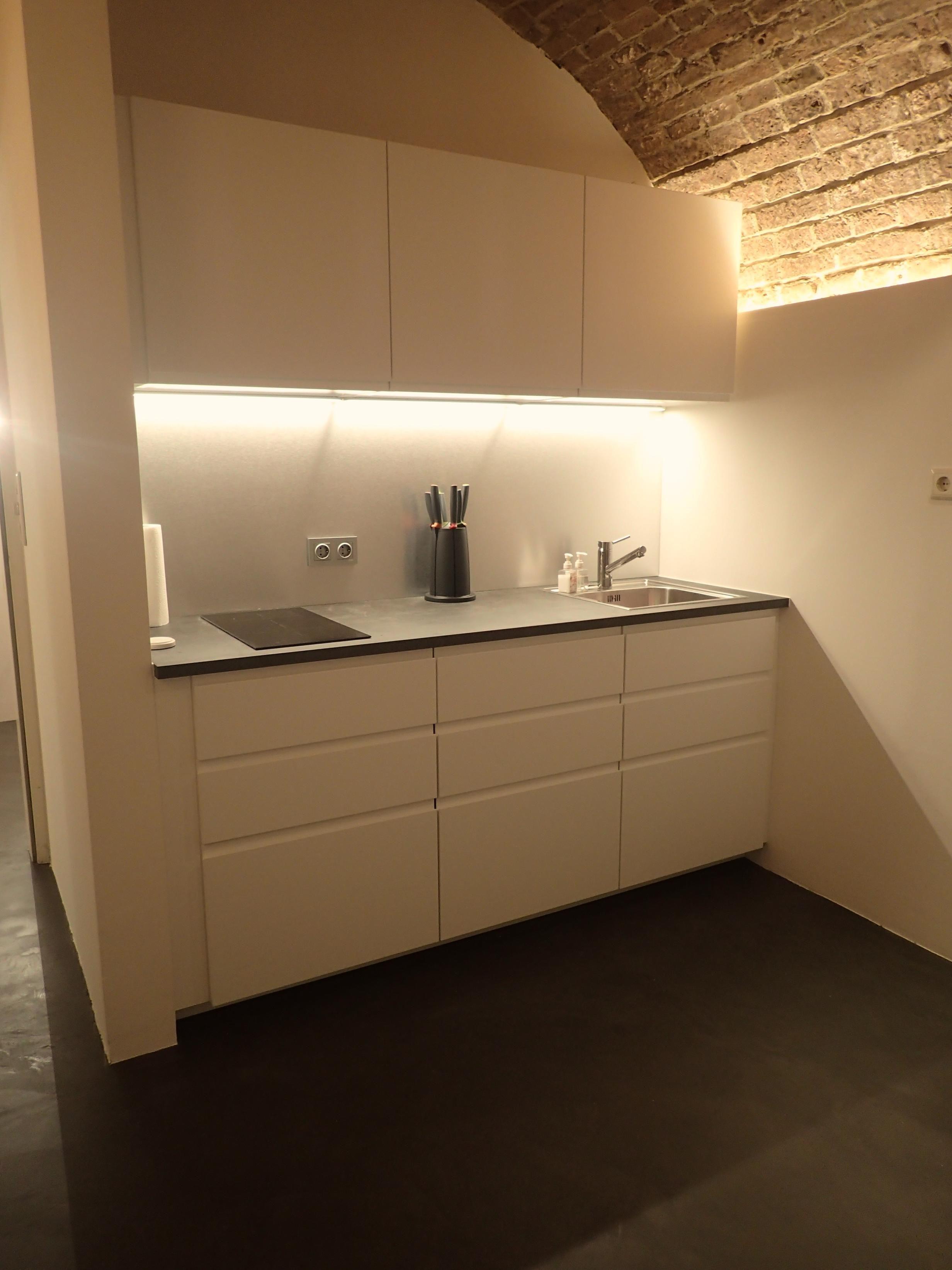 Boden Béton CIré Original in einer Küche. Farbe 32 Anhtracit. www.betoncire.at #betoncireoriginal #betoncire #betonboden #betonlook