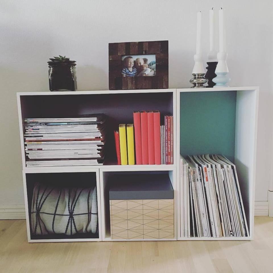 Den lækre kreative reol i stuen :-) Lysestagerne, opbevaringskassen ...