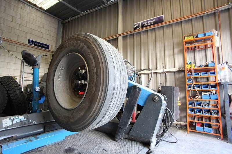 En el 2014 contamos con equipo humano 5 personas con más de 30 años de experiencia en el sector  y toda la maquinaria para atender el nuevo servicio de neumáticos. Especialistas en todo tipo de neumáticos.