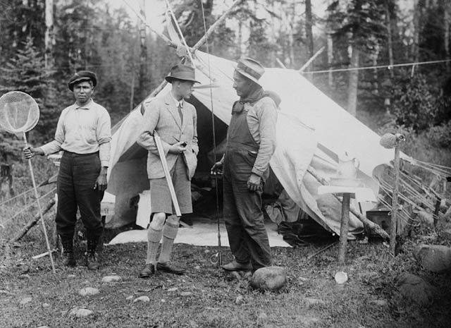 The Prince of Wales with guides at Lake Nipigon, in Northern Ontario, 1919 / Le prince de Galles accompagné de guides au lac Nipigon, dans l...