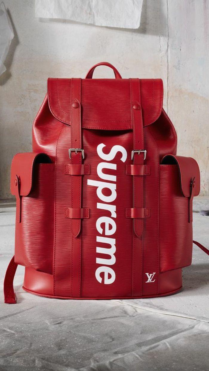 25d7ac99df530 sac à dos femme vintage avec grande inscription Supreme et deux poches  latérales. 70 Trendy women s backpack Bag ...