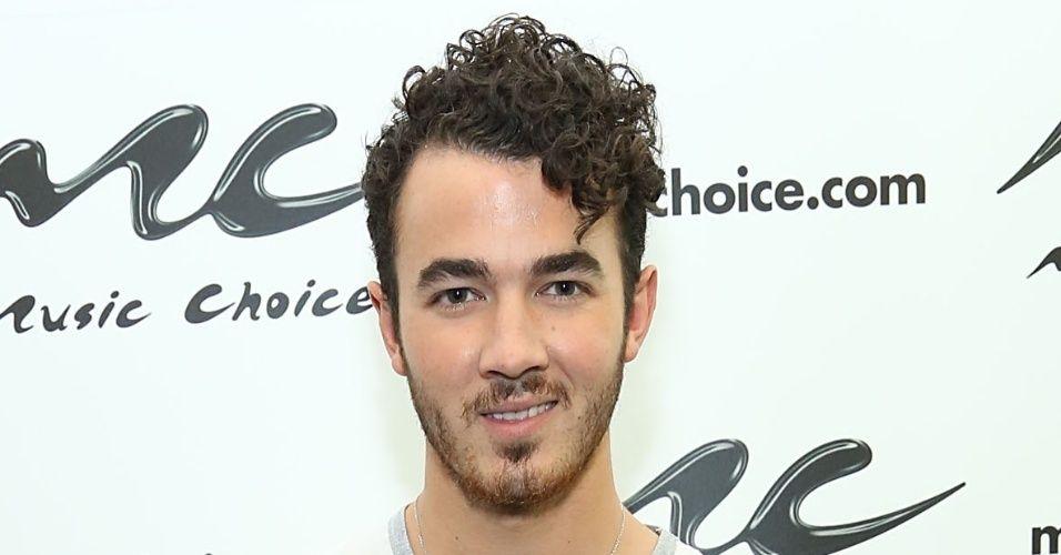O cantor Kevin Jonas, do grupo Jonas Brothers, exibe lateral raspada e topete com fios longos e cacheados. O efeito pode ser conquistado com mousse ou pomada e o corte, com máquina no pente 3 nas laterais e picote com a ponta da tesoura na franja para o caimento lateral