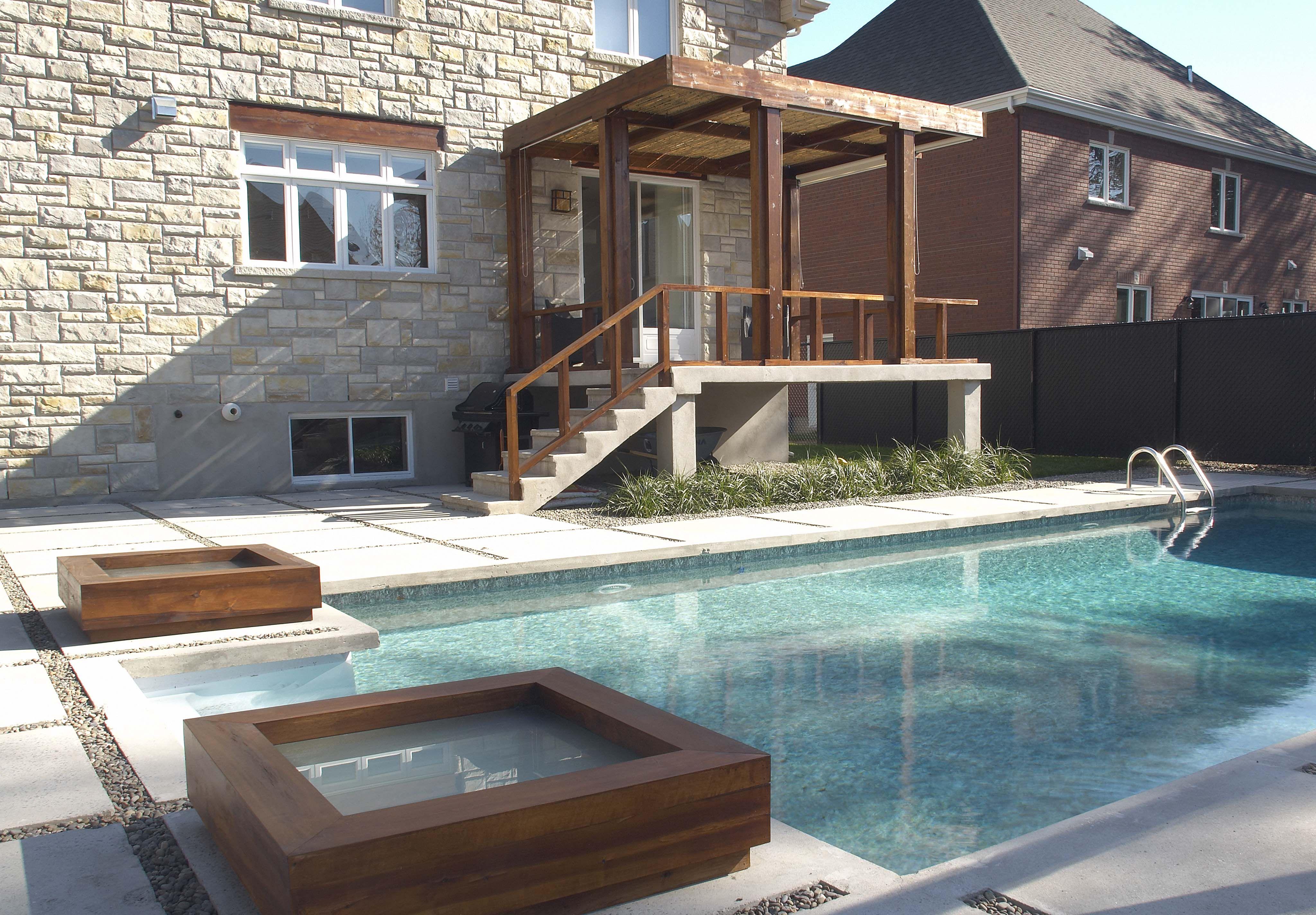 am nagement moderne d 39 une piscine creus e et d 39 une terrasse dalles de pav et pierres bois. Black Bedroom Furniture Sets. Home Design Ideas