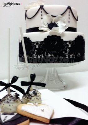 http://www.lemienozze.it/gallerie/torte-nuziali-foto/img32531.html Torta nuziale, cake pops e biscotti decorati in bianco e nero
