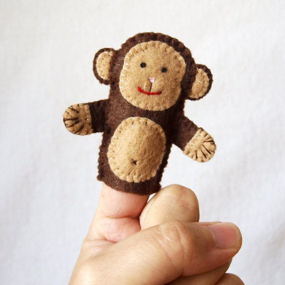 Este monito será aparte de Mono ve, mono hace. ¿Jorge el curioso? ¿5 Monitos saltando en la cama? O los niños le dará su propia historia. Hecho de fieltro, marioneta dedo es 2,5 pulgadas de altura. Cada pieza es mano cortado y cosido juntos un punto minúsculo en un momento. Se utilizan granos ni pegamento. ¿Quieres hacer tu propia? El patrón de estos monos se puede comprar aquí: https://www.etsy.com/ca/listing/156091138/pattern-felt-finger-puppet-pattern?ref=shop_home_active