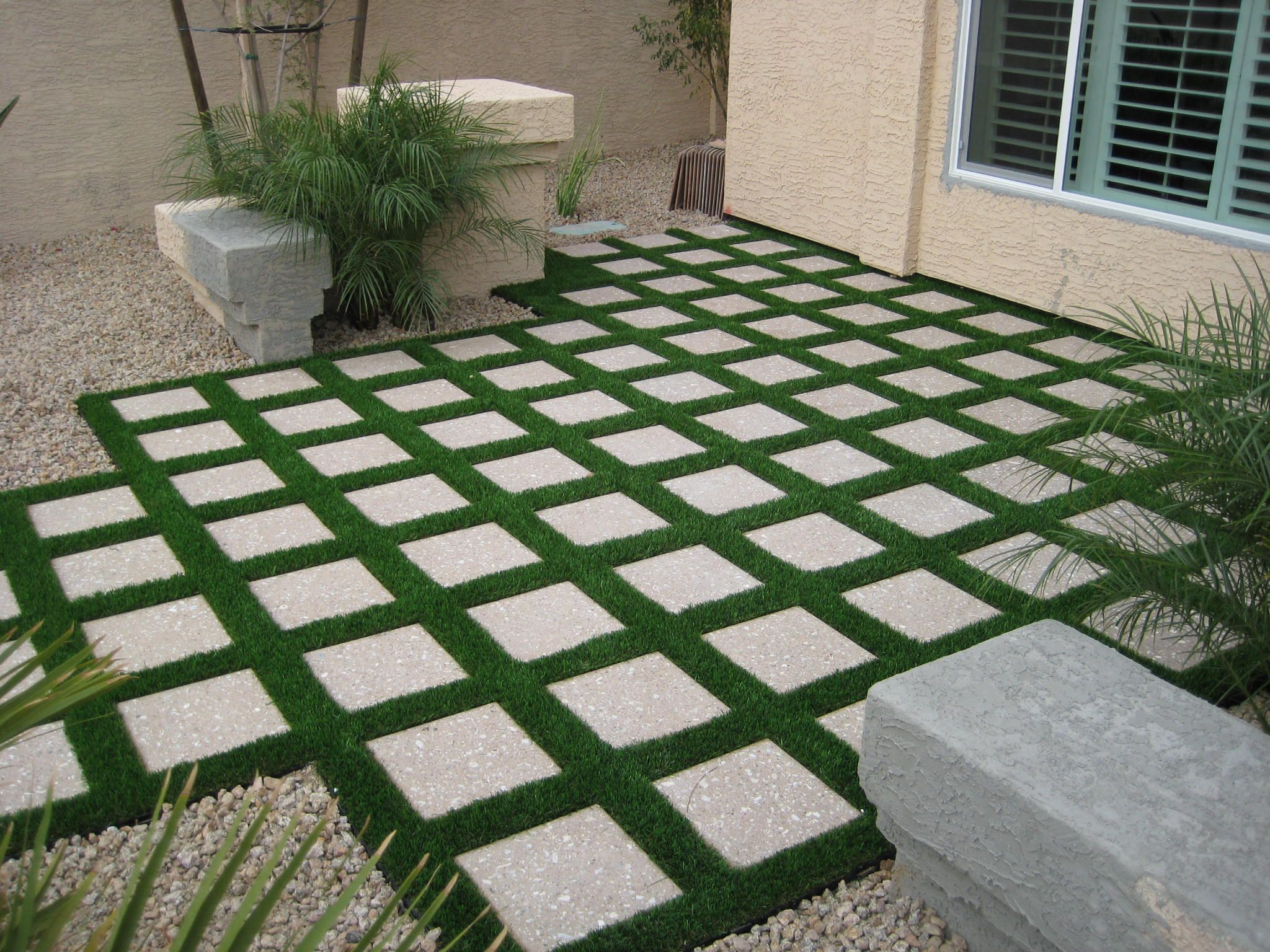 Low maintenance front yard landscaping pictures small for Small front yard patio ideas